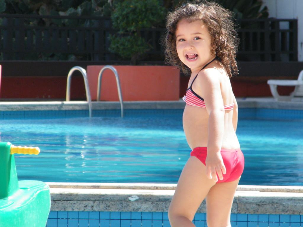 Filhota aproveitando a piscina.