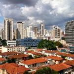 São Paulo e sua mistura de prédios baixos e altos...…