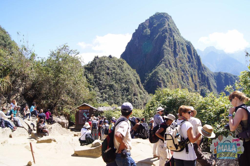 Grupo esperando no controle de acesso à Huayna Picchu