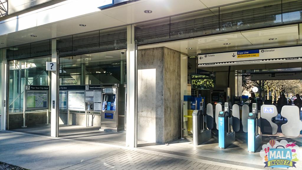 Típica entrada de uma estação de Skytrain: Na esquerda informações e máquina de compra e recarga e na direita as catracas de acesso | FOTO: Renata Luppi