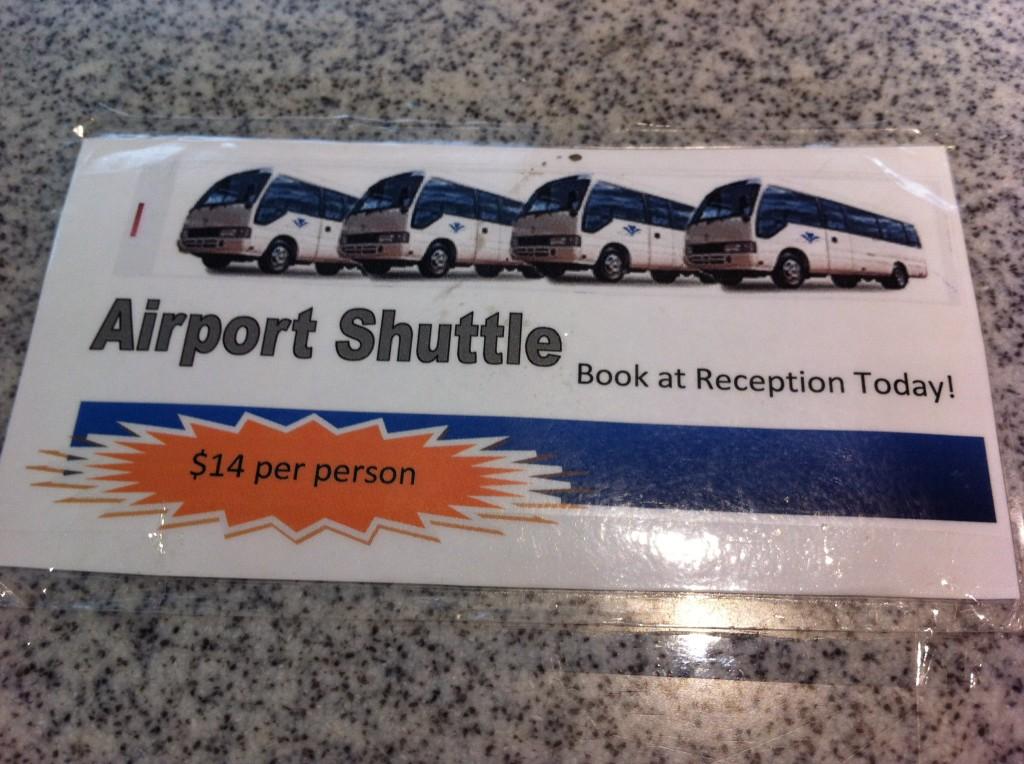 Esse era o aviso no balcão de check-in do meu hotel. O serviço é prestado pela mesma empresa que eu contratei no Travel Concierge do Aeroporto.