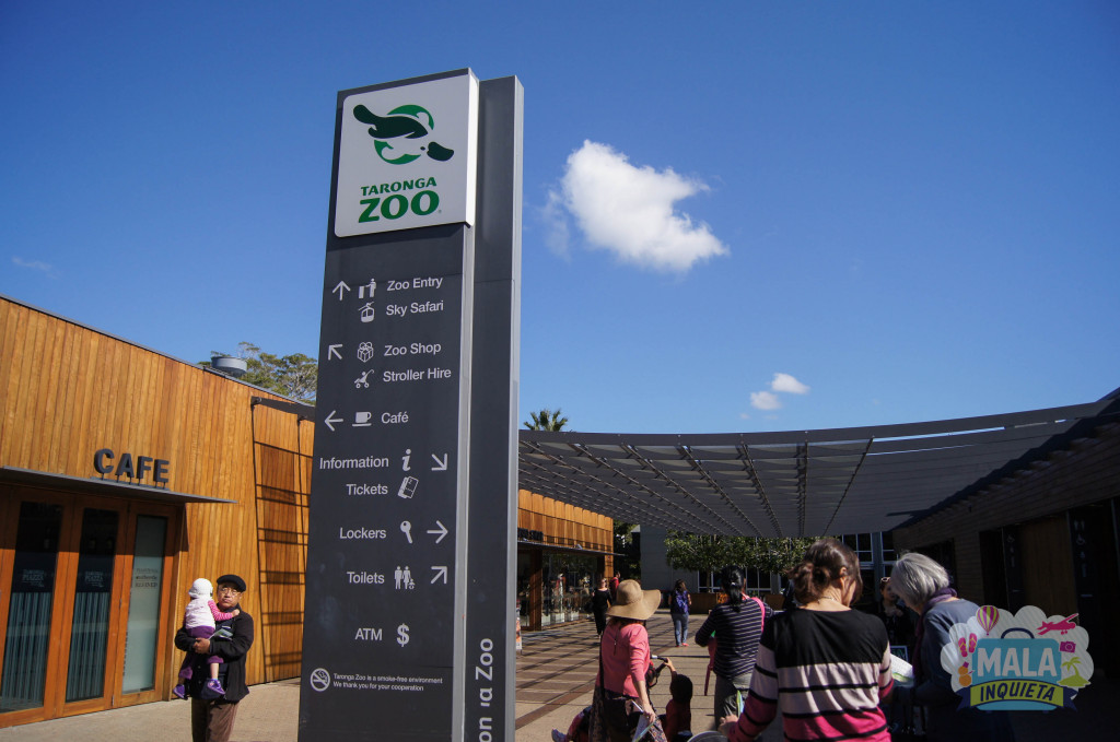 Placa na entrada principal.