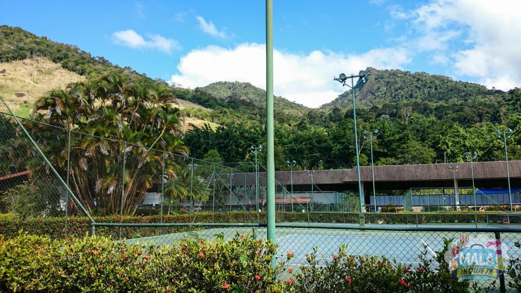 Quadras descobertas e ao fundo as quadras de tênis cobertas