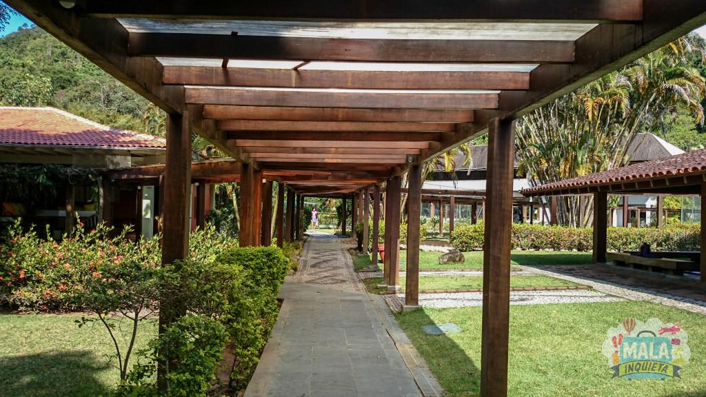 Caminho de área coberta ligando todo o resort