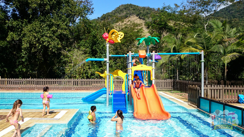 Criançada se divertindo na piscina infantil