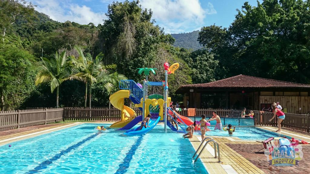 A piscina infantil e o Petit Club ao fundo