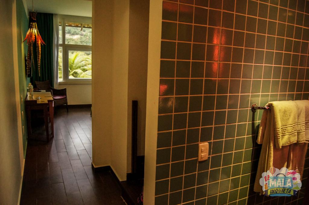 Vista do quarto a partir do banheiro, com a escada para o andar de cima