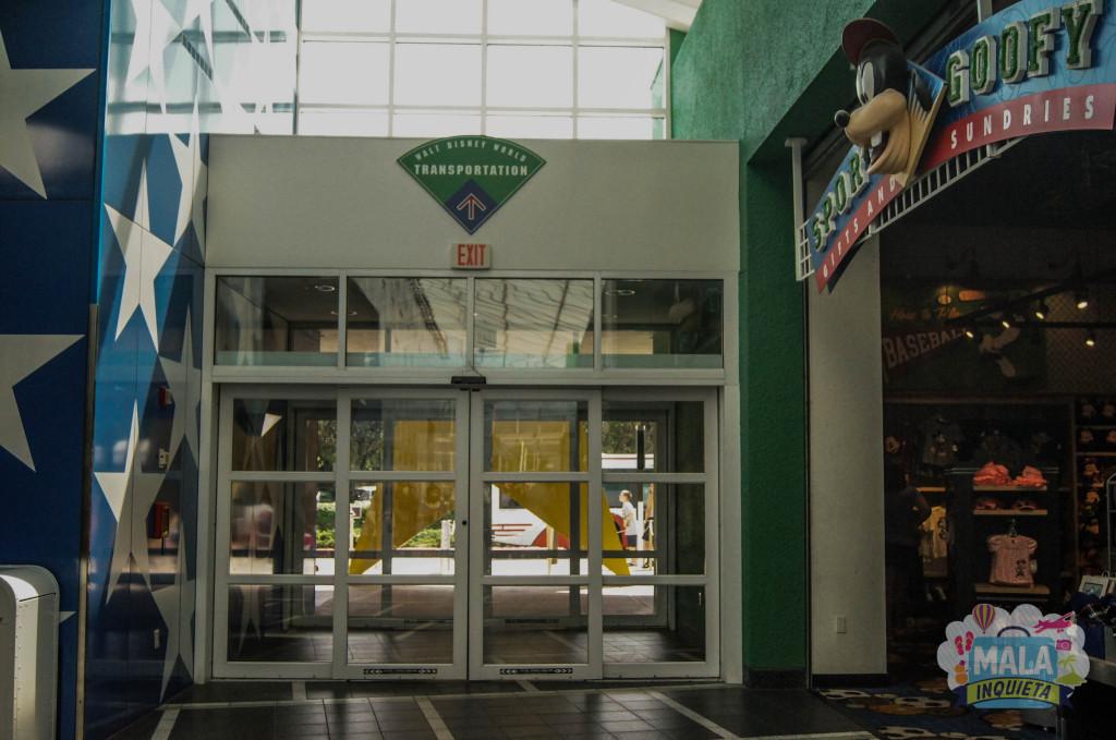 A loja Sports Goofy e ao lado a saída para o ponto de embarque e desembarque dos ônibus.