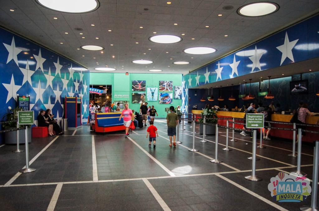 Recepção e a loja de artigos Disney ao fundo