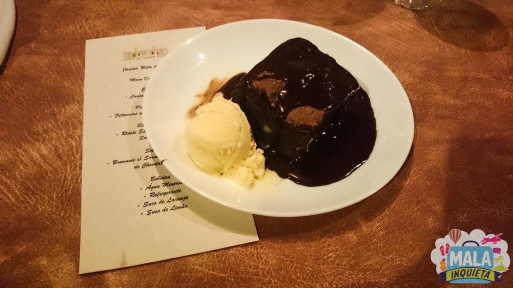 Sobremesa: Brownnie com Sorvete de Creme e Calda de Chocolate e Café
