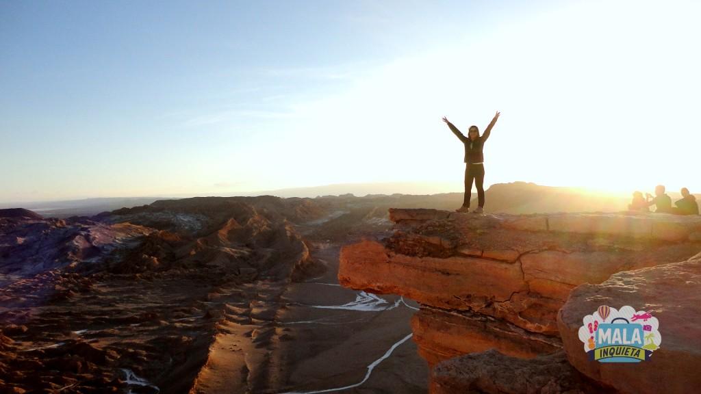 Lisane Monteiro aproveitando o pôr do sol no Vale de La Luna