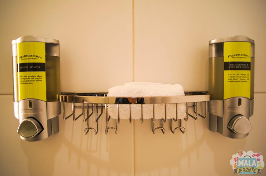 Banheiro e condicionador dentro do box