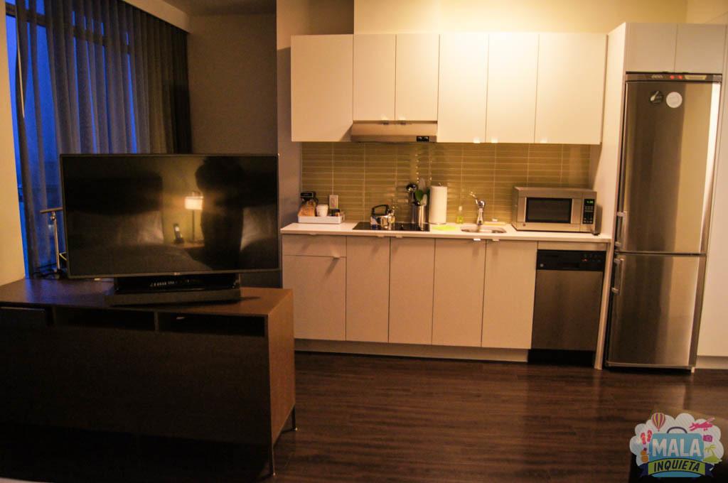 Vista da cama.. para a TV e para a cozinha