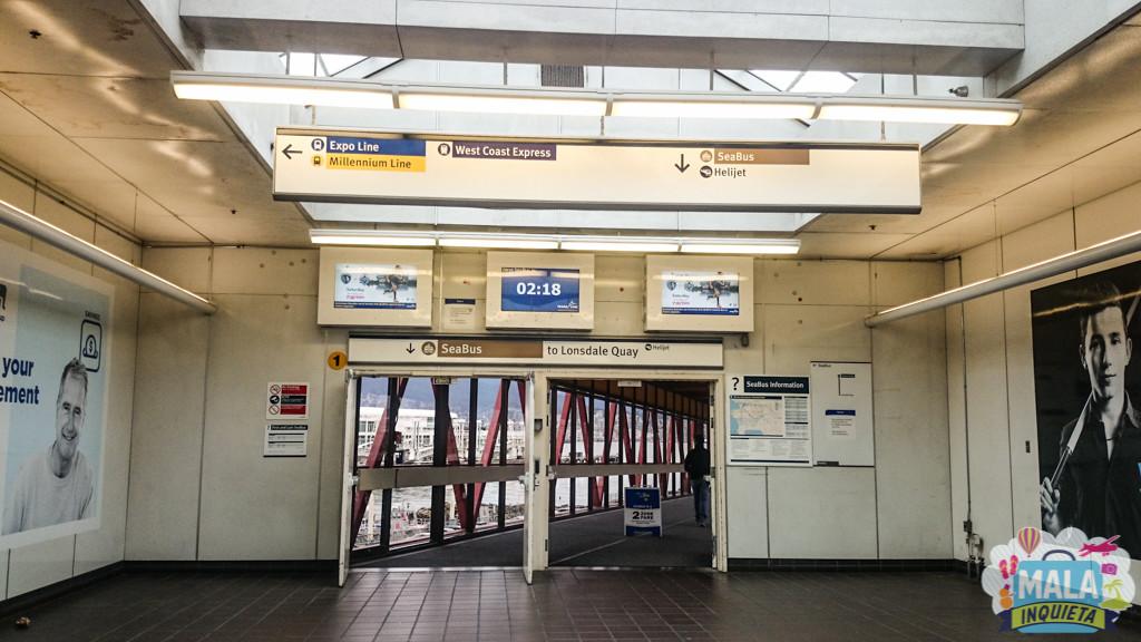 Entrada da estação em Vancouver, com o relógio avisando quantos minutos faltam para a saída do próximo Seabus, no caso 02:18 minutos | FOTO: Renata Luppi