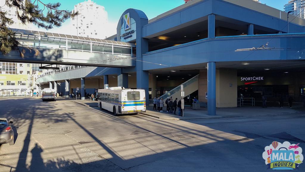 Terminal de ônibus no Metrotown Shopping, em frente à estação de mesmo nome | FOTO: Renata Luppi