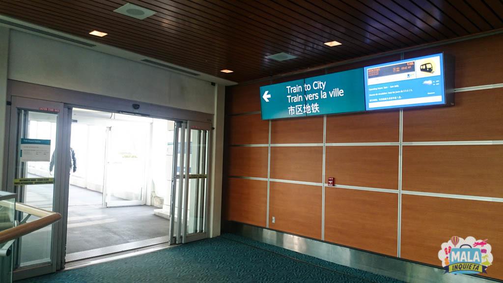 Indicação de onde pegar o Skytrain. - Foto: Renata Luppi
