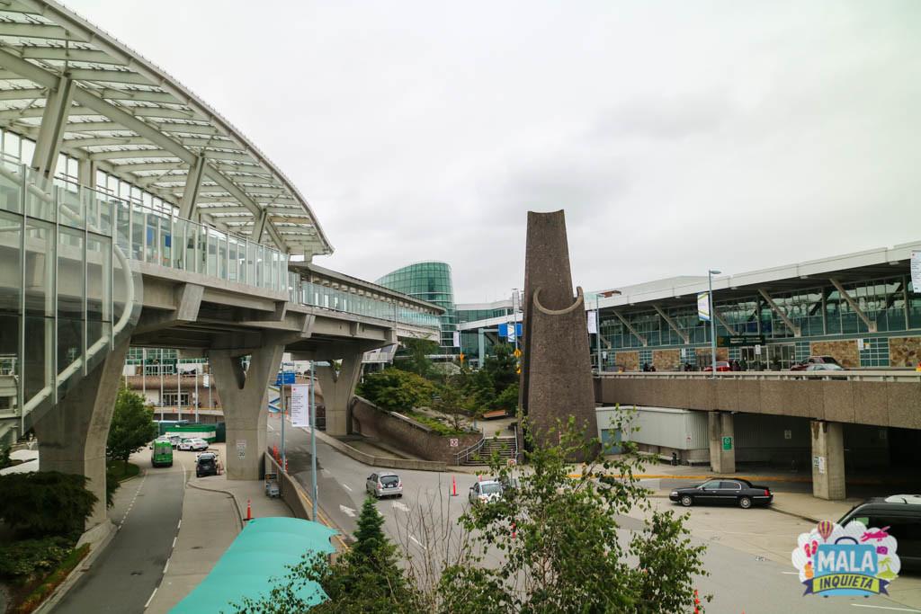 Do lado esquerdo a estação de Skytrain, e do lado direito o aeroporto. - Foto: Renata Luppi