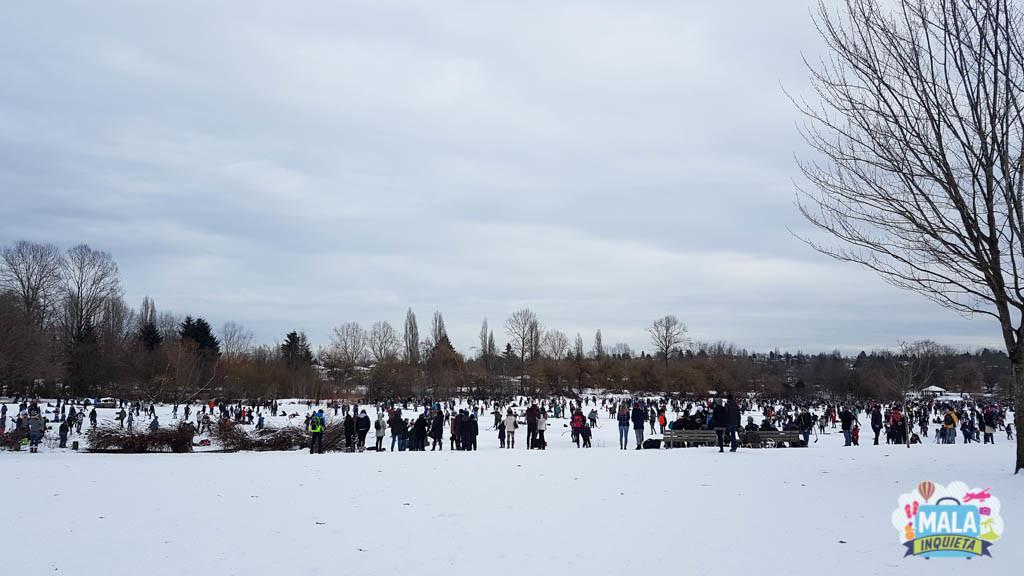 Trout Lake congelado e todo mundo em cima dele aproveitando a experiência - Foto: Renata Luppi