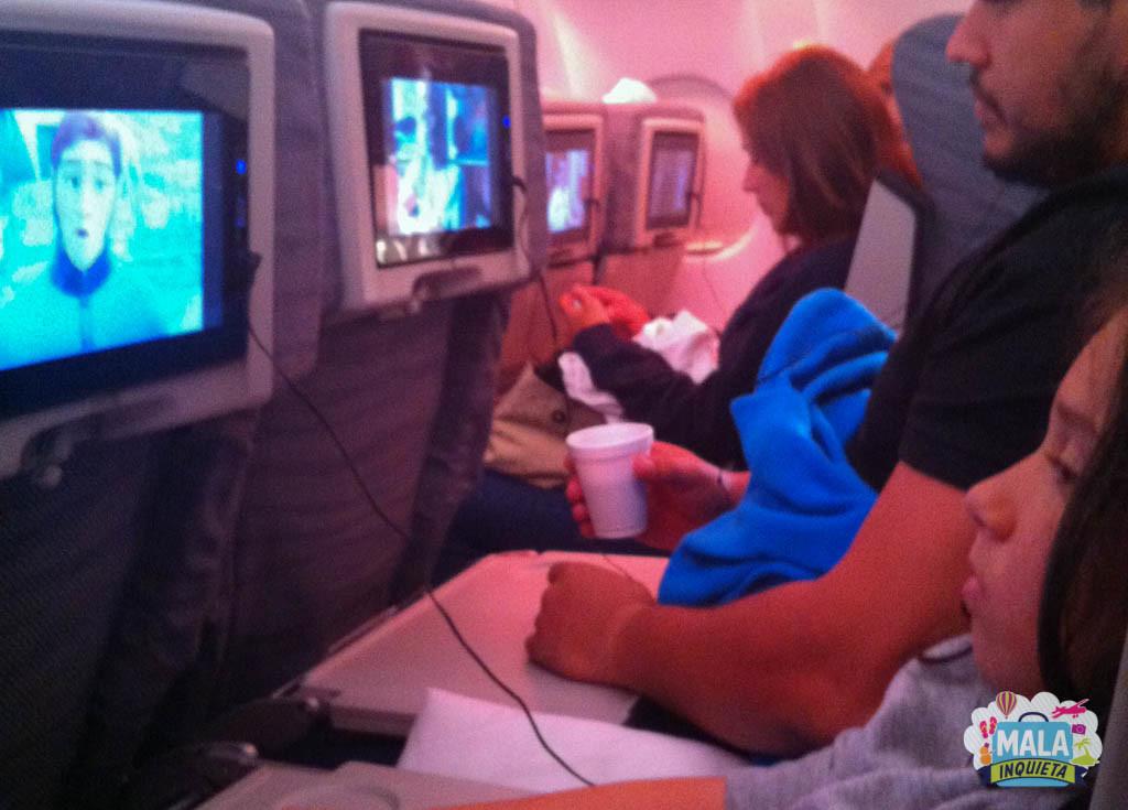 Assistindo filme a bordo com o papai | Foto: Mala Inquieta