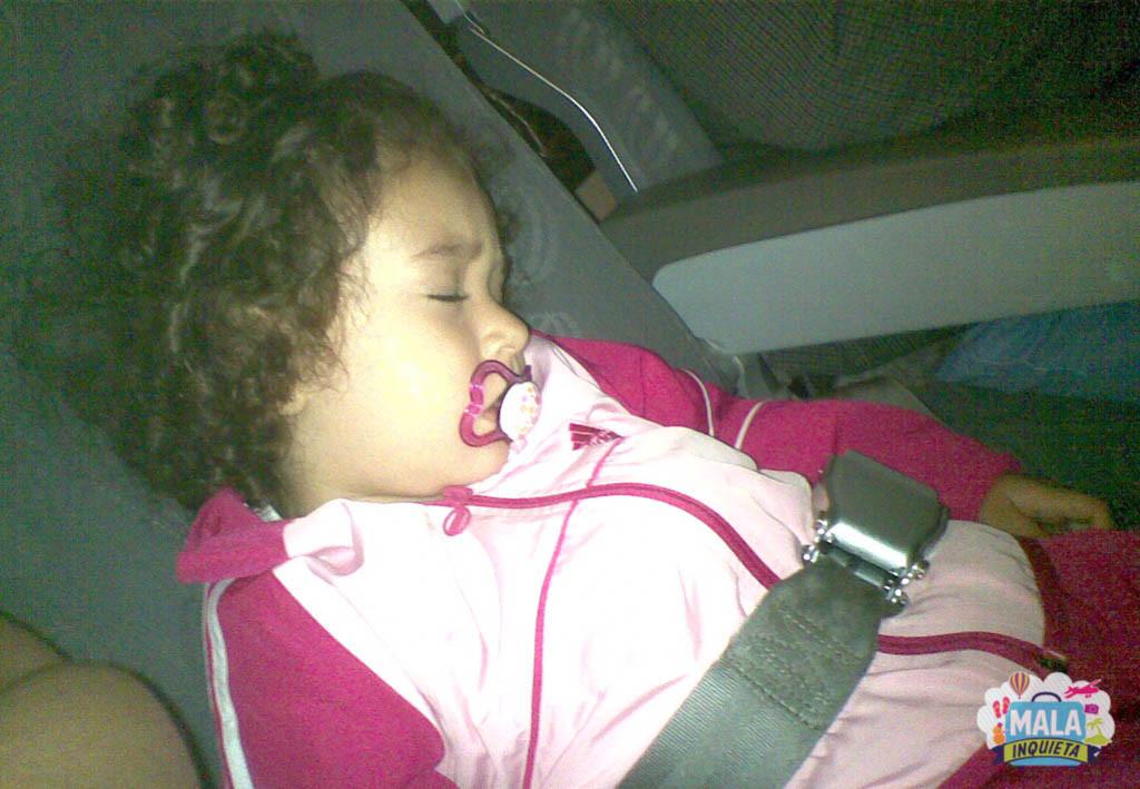 Dormindo quietinha no vôo e a mãe com o flash na cara dela | Foto: Mala Inquieta