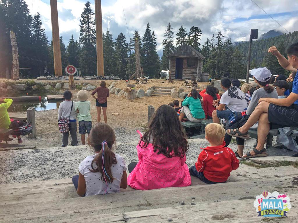 Criançada atenta a um dos shows de verão na Grouse Mountain